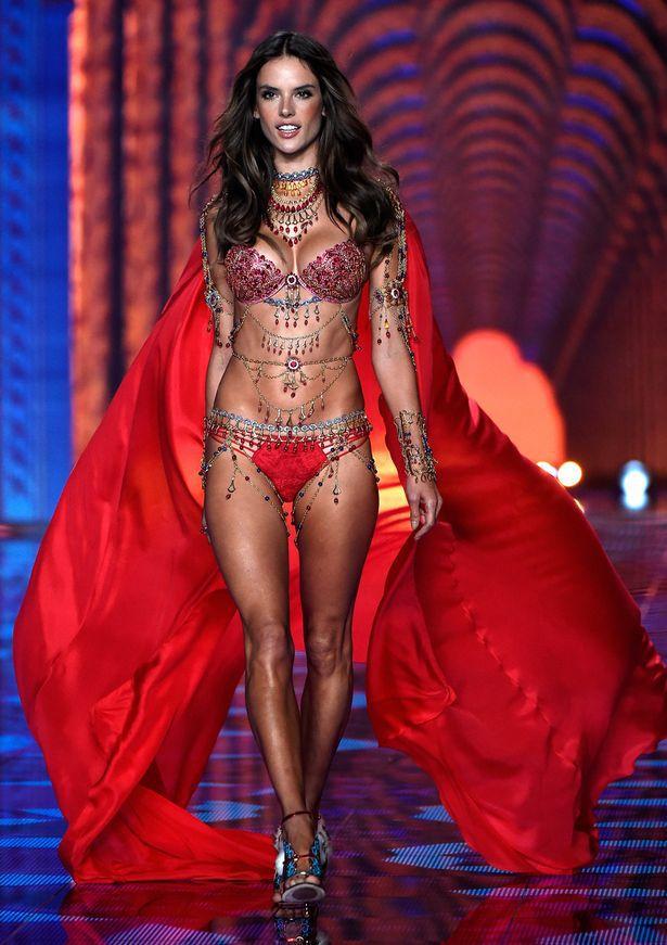 Vòng một nóng bỏng như thiên thần của Victoria Secret chỉ sau 3 bước Vòng một nóng bỏng như thiên thần của Victoria Secret chỉ sau 3 bước
