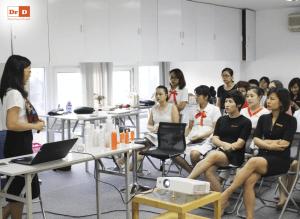 hoc-1 Đại diện thương hiệu mỹ phẩm Avene tại Việt Nam tới đào tạo cho nhân viên của DrD