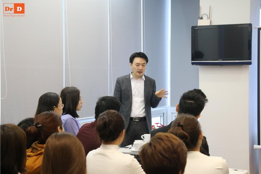 anh-hoc-4 Chuyên gia nước ngoài đào tạo công nghệ: Nâng cơ và Giảm béo cho nhân viên DrD