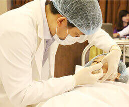 Bác sĩ Điền trực tiếp thực hiện các ca PTTM