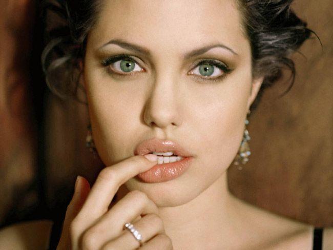 Chắc chắn Fans hâm mộ sẽ phải đốn tim khi ngắm nhìn đôi môi tuyệt vời của nữ minh tinh, vẻ đẹp hút hồn của Jolie khó có thể tả hết bằng lời.
