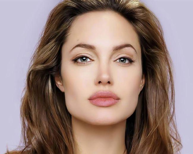 Đôi môi mềm gợi cảm là yếu tố nổi bật tạo nên sự quyến rũ chết người của Angelina Jolie.