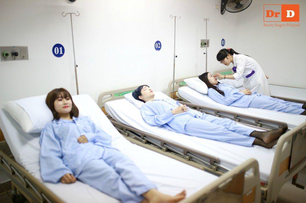 Khách hàng được chăm sóc hậu phẫu cẩn thận và chuyên nghiệp.
