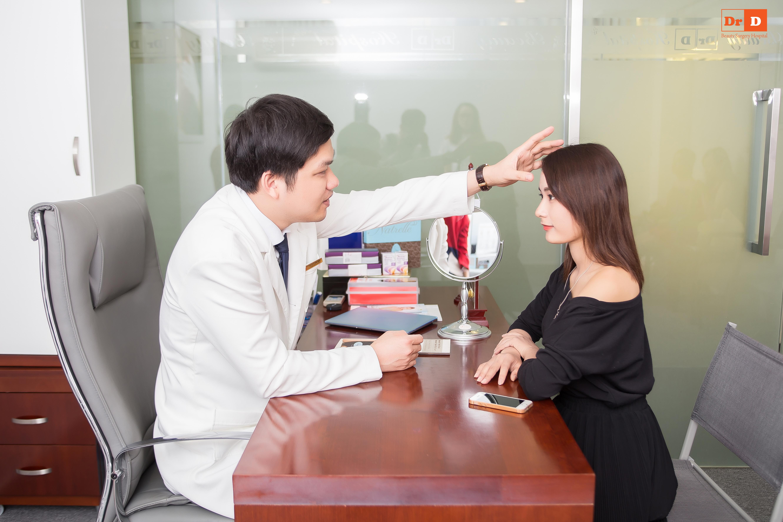 Bác sĩ Điền thăm khám tư vấn cho bệnh nhân nâng mũi cấu trúc