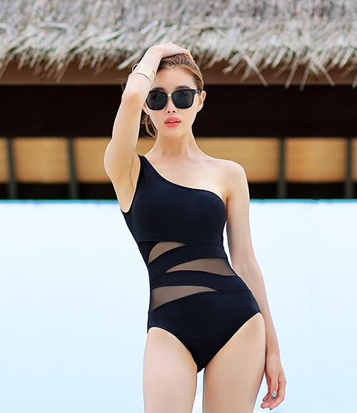 Bikini liền thân hở nửa vai là lựa chọn chị em ngực nhỏ không nên bỏ qua