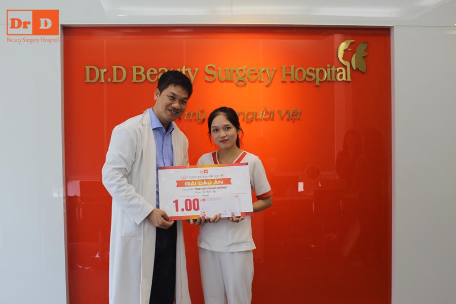 Bác sĩ Lê Hữu Điền lên trao giải Dấu ấn cho tác giả Trần Quỳnh Nga