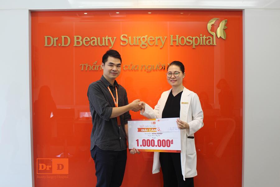 Anh Nguyễn Tuấn Anh - Trưởng Phòng Marketing lên trao giải Cảm xúc