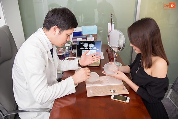 Bác sĩ sẽ tư vấn kích thước phù hợp cho khách hàng trước khi thực hiện nâng ngực nội soi