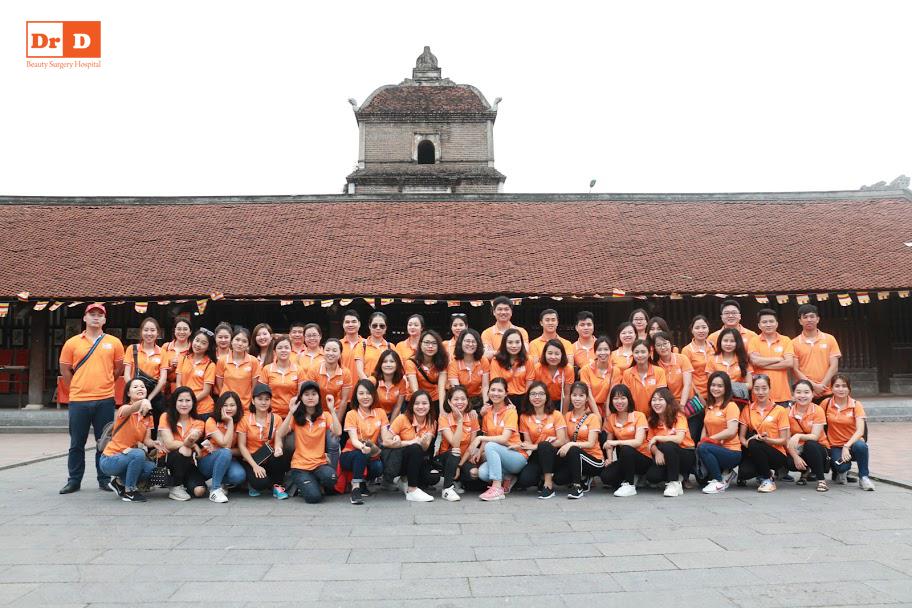 Đại gia đình Thẩm mỹ DrD chụp ảnh tại Chùa Dâu