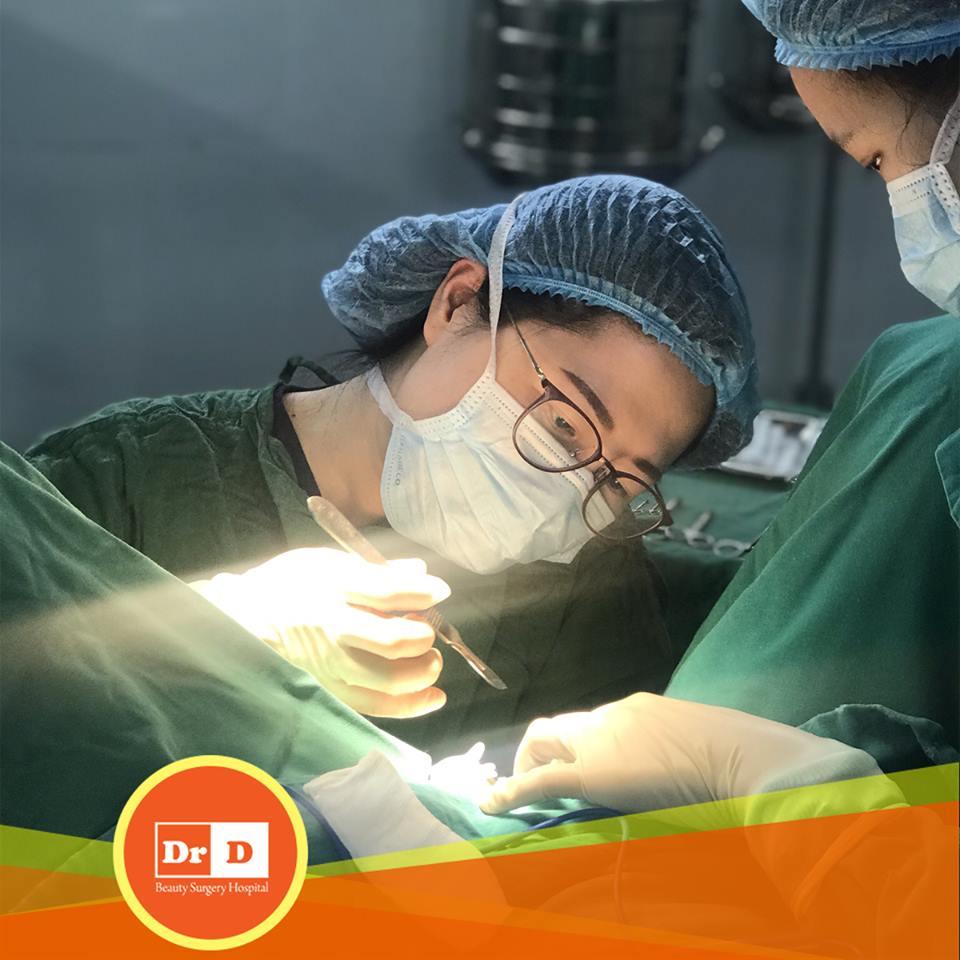 Bác sĩ Nguyễn Thị Hồng Vân đang thực hiện thẩm mỹ vùng kín cho bệnh nhân