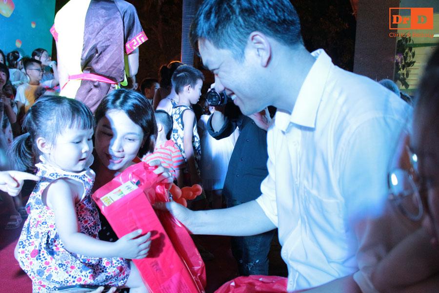 Bác sĩ Lê Hữu Điền trao quà trung thu cho con của CBNV Thẩm mỹ DrD