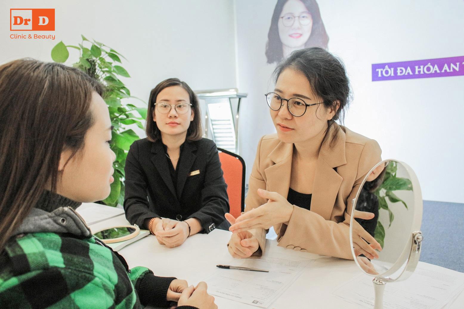Bác sĩ Hồng Vân trực tiếp tư vấn cho các khách hàng trong sự kiện