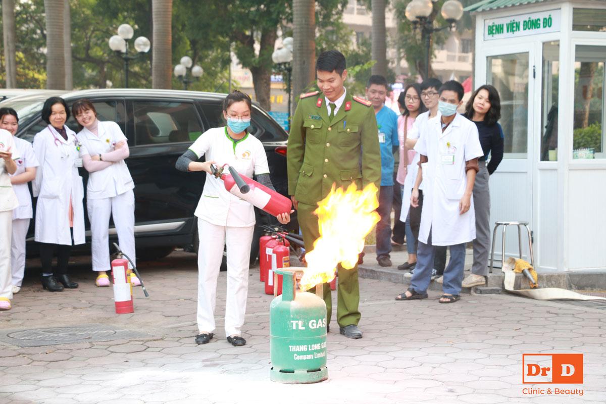Mọi người được thực hành trên tình huống cháy giả định